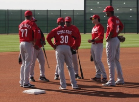 Ken Griffey Sr chats with the outfielders